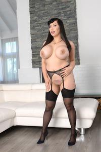Busty MILF Tigerr Benson Shows Her Huge Tits